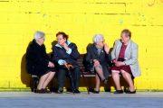 grupo de señoras cotilleando