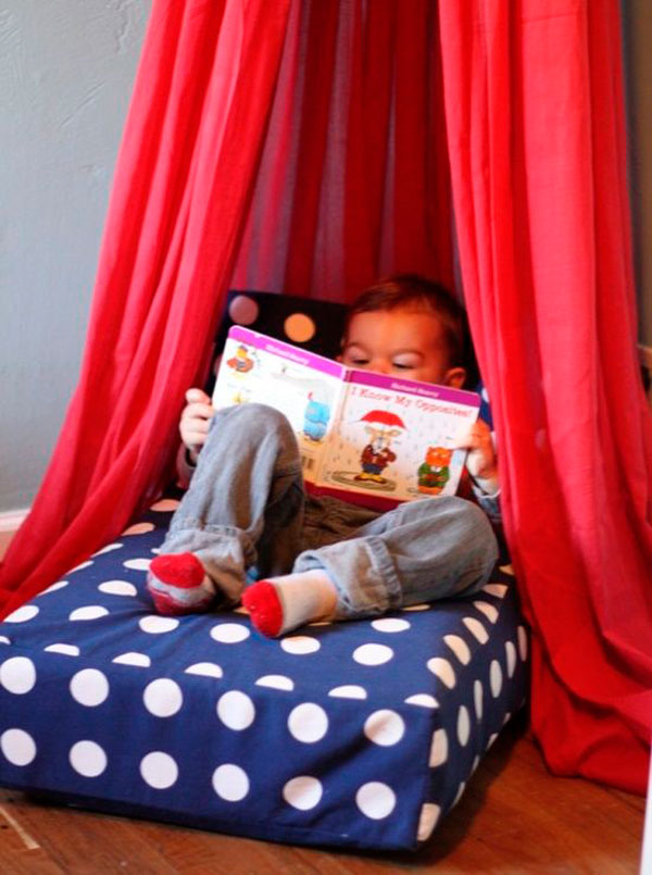 Rincón de lectura, un colorido dosel y un divertido cojín