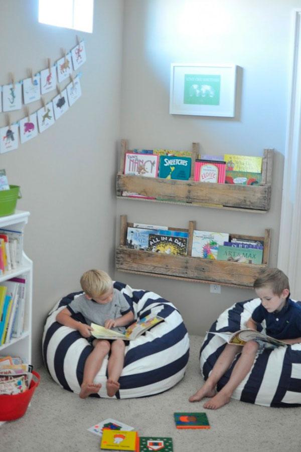 Rincón de lectura con un palet reciclado y un divertido puff